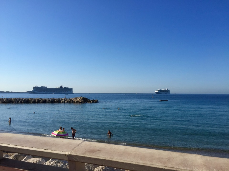 Big cruise ships coming into Cannes