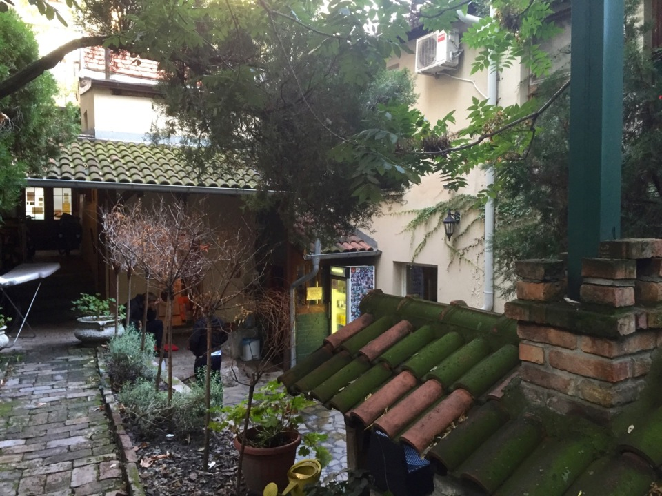 Hostel Hedonist, Belgrade - cool courtyard area