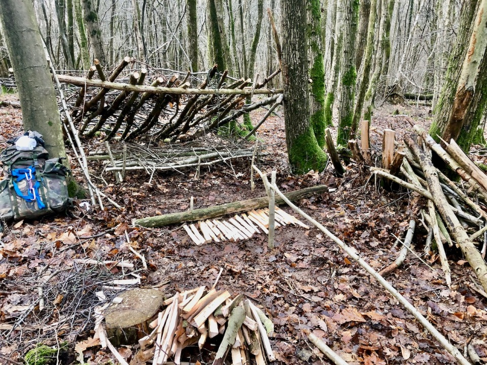 Shelter plus building long log fire